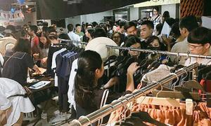 Trai xinh gái đẹp Hà thành chen chúc 'ngộp thở' ở hội chợ thời trang