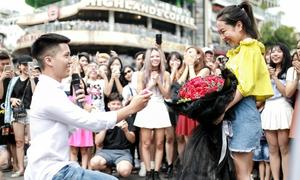 Cầu hôn bạn gái giữa phố, chàng trai nhờ ca sĩ Min và 70 nghệ sĩ trợ giúp