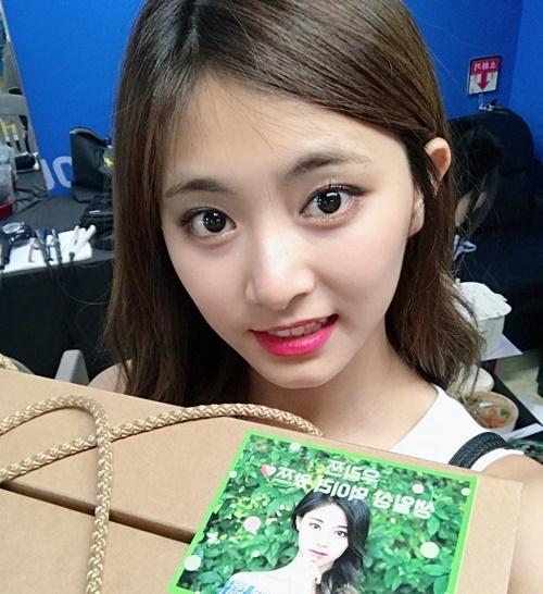 sao-han-18-6-tzuyu-khoe-mat-to-long-lanh-dan-my-nu-ioi-do-sac