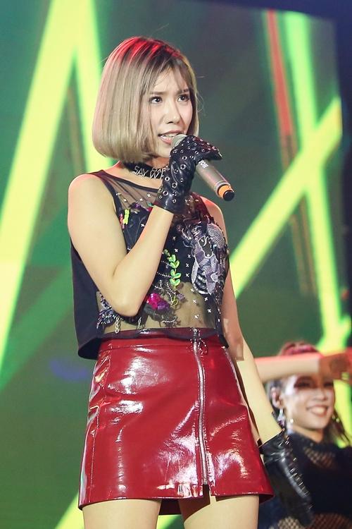 son-tung-chui-gam-san-khau-lou-hoang-truot-te-van-quay-bung-noc-voi-fan-8