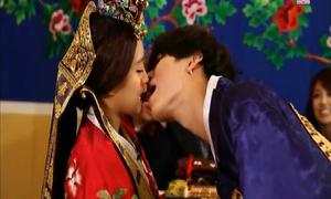 Những tình huống 'môi kề môi' khó đỡ của sao Hàn