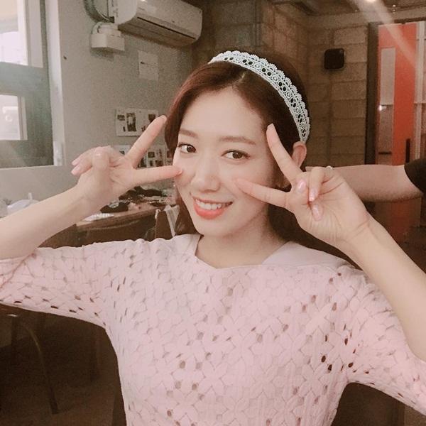 sao-han-22-6-park-shin-hye-khoe-ve-dep-nu-tinh-krystal-lam-mat-kho-o-1