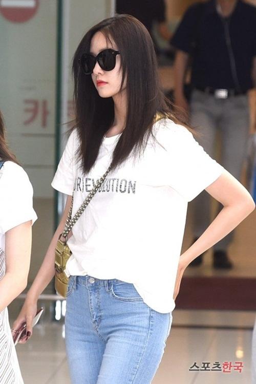 Yoon Ah vốn không cầu kỳ trong thời trang sân bay, nữ ca sĩ chỉ chọn mặc áo phông, quần jean. Tuy nhiên, thực tế cô nàng đang dùng túi của Chanel và đi giày Valentino.