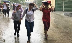 Sĩ tử tháo giày, xắn quần chạy mưa sau buổi thi Ngoại ngữ