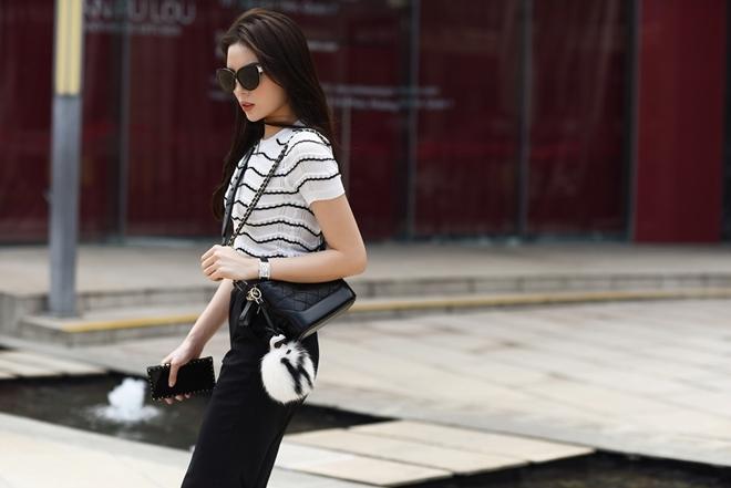 <p> Kỳ Duyên thực hiện bộ ảnh street style khoe vóc dáng. Phong cách của cô mang đậm chất thành thị của giới trẻ Sài Gòn. Kỳ Duyên sử dụng áo kẻ đen trắng ôm sát mix cùng quần culottes, đi kèm là túi xách được xem là It Bag trong 2017.</p>