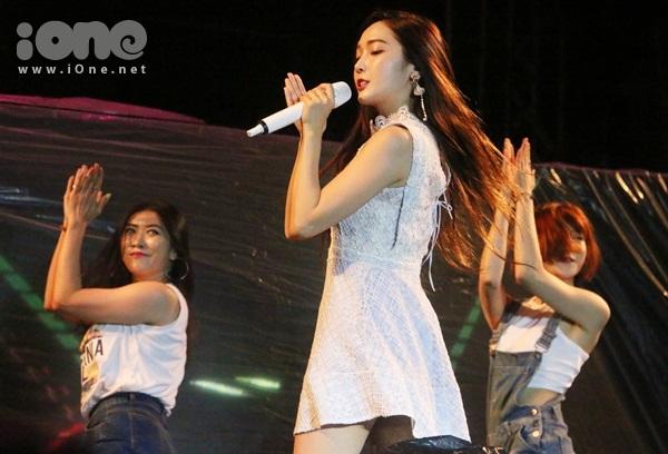 jessica-jung-cam-mic-1-3-ty-hat-nhay-sexy-duoi-mua-cung-fan-viet-7
