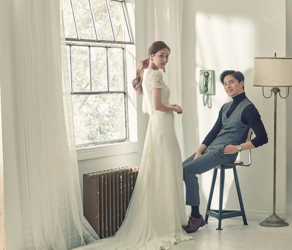 Theo Koreaboo, ông bố trẻ này tên Choi Min Soo. Cả Min Soo và vợ đều là người mẫu, vì   thế chẳng có gì ngạc nhiên khi cặp đôi có ngoại hình thu hút như vậy.