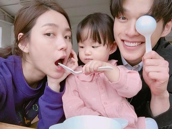 Choi Min Soo thường chia sẻ những khoảnh khắc ấm áp bên vợ đẹp con xinh trên   Instagram, thu hút 118.000 người theo dõi.