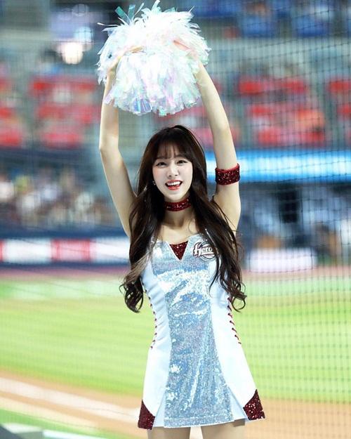 doi-truong-doi-co-vu-xu-han-chan-dai-dang-dep-khong-kem-seol-hyun-5