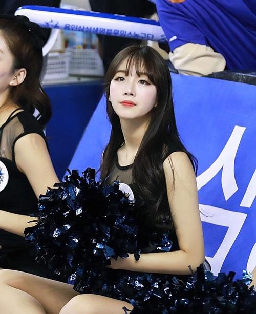 doi-truong-doi-co-vu-xu-han-chan-dai-dang-dep-khong-kem-seol-hyun-8