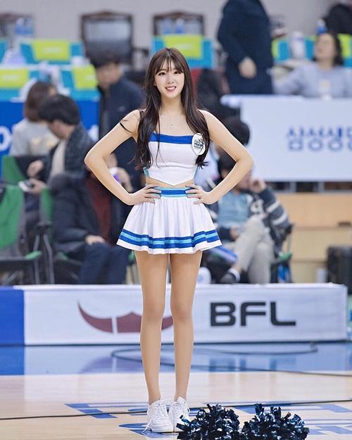 doi-truong-doi-co-vu-xu-han-chan-dai-dang-dep-khong-kem-seol-hyun-1