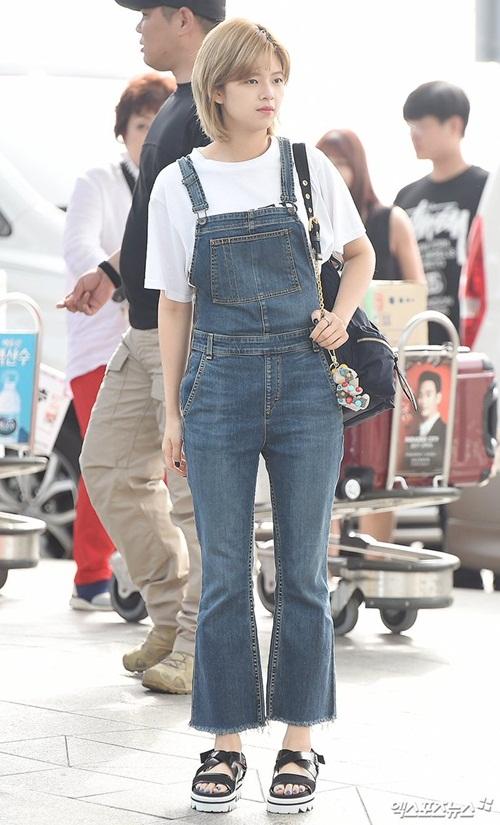 Jeong Yeon theo hình tượng tomboy với quần yếm denim, mái tóc ngắn đặc trưng từ thời debut.