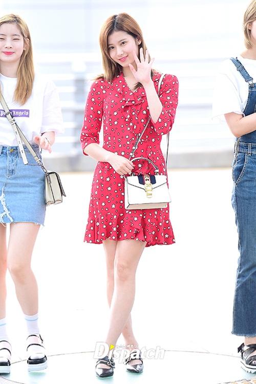 Mốt quần ống loe vẫn tiếp tục chứng tỏ sức hút trong xu hướng thời trang Kpop.