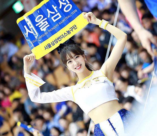 doi-truong-doi-co-vu-xu-han-chan-dai-dang-dep-khong-kem-seol-hyun-4