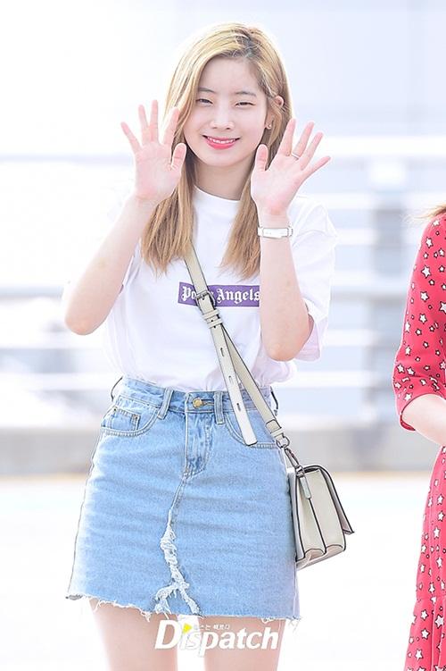 Áo phông và chân váy denim là set đồ có vẻ nhàm chán nhưng được các sao sử dụng nhiều nhất ở sân bay. Đôi mắt của Da Hyun nhỏ hơn hẳn khi không trang điểm.