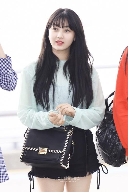 Mặt mộc của Ji Hyo luôn được khen ngợi, cô nàng vẫn rạng rỡ dù chỉ tô son đỏ, tóc buông xõa tự nhiên ở sân bay.