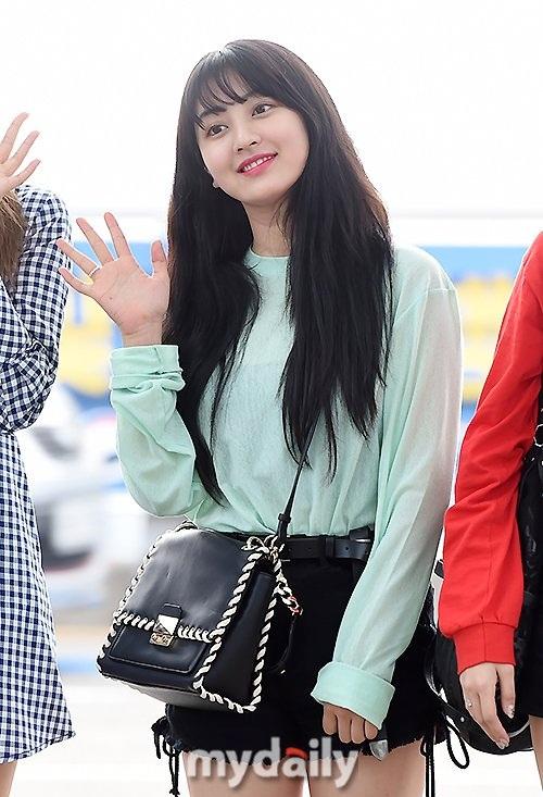 Trưởng nhóm Twice nên chọn một chiếc túi nhỏ hơn để tránh khiến tổng thể trang phục thêm cồng kềnh.