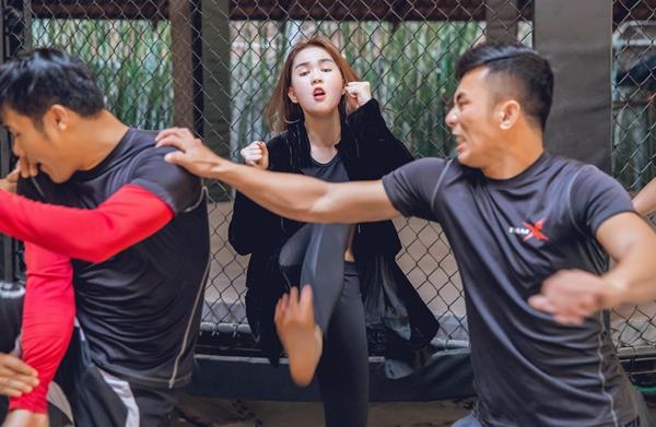 ngoc-trinh-khoc-meu-hoc-vo-de-dong-phim-hanh-dong