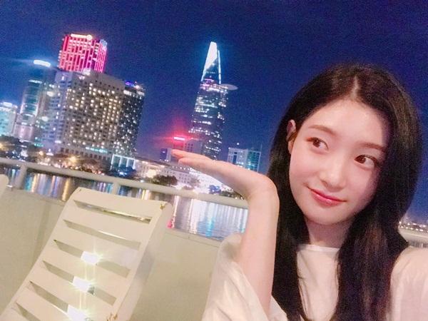 sao-han-30-6-lee-jong-suk-vuot-toc-banh-trai-lisa-khoe-chan-dai-hut-mat-2