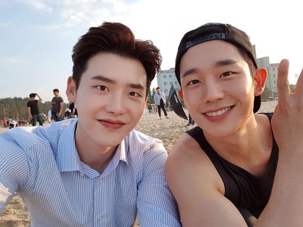 sao-han-30-6-lee-jong-suk-vuot-toc-banh-trai-lisa-khoe-chan-dai-hut-mat