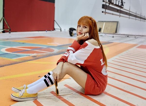 sao-han-30-6-lee-jong-suk-vuot-toc-banh-trai-lisa-khoe-chan-dai-hut-mat-1