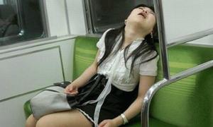 1001 tư thế ngủ 'bá đạo' nơi công cộng