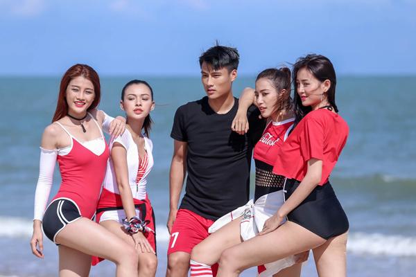 ky-han-be-con-ho-tong-ong-xa-mac-hong-quan-di-chup-hinh-6
