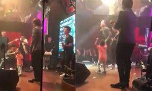 Con trai 3 tuổi của Tuấn Hưng 'quẩy' cực sung cùng bố trên sân khấu