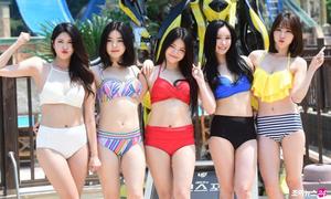 Nhóm nữ Kpop mặc bikini gợi cảm nơi đông người