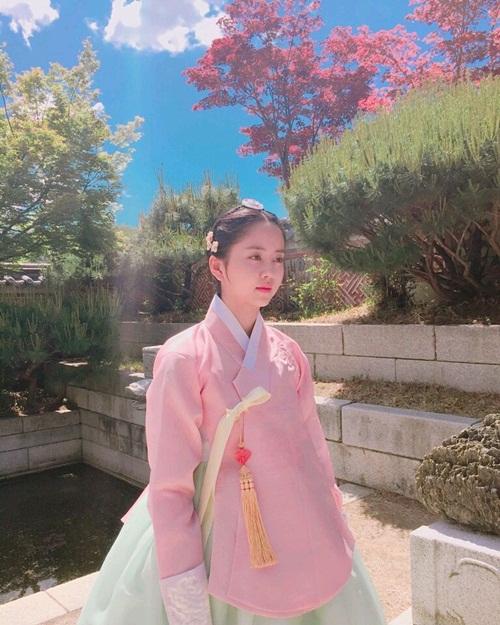 sao-han-6-7-kim-so-hyun-xung-danh-my-nu-co-trang-rose-khoe-dang-mi-nhon