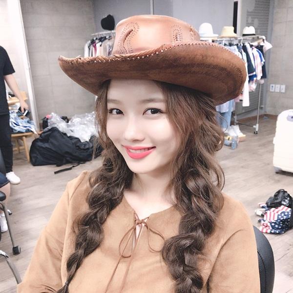 sao-han-6-7-kim-so-hyun-xung-danh-my-nu-co-trang-rose-khoe-dang-mi-nhon-6