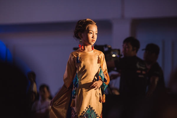 mau-nhi-mac-croptop-khoe-eo-catwalk-nhu-nguoi-lon-7