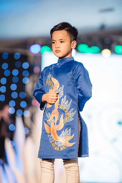 mau-nhi-mac-croptop-khoe-eo-catwalk-nhu-nguoi-lon-9