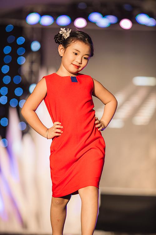 mau-nhi-mac-croptop-khoe-eo-catwalk-nhu-nguoi-lon-3