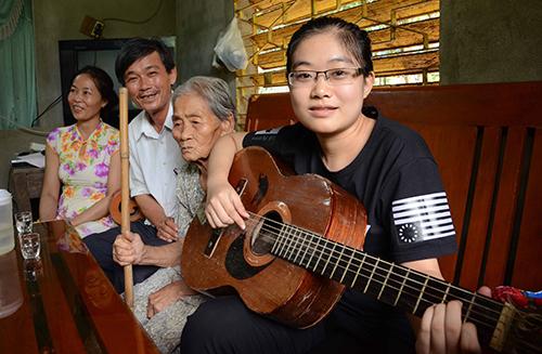 Nguyễn Thị Thanh Danh chung vui cùng gia đình trong ngày biết kết quả thi THPT Quốc gia. Ảnh: Thạch Thảo.