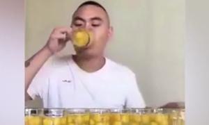 Chàng trai lập kỷ lục khi uống 100 quả trứng sống