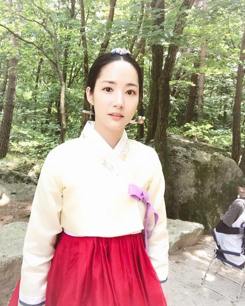 sao-han-12-7-hyo-min-dien-do-sieu-ngan-lee-jong-suk-phat-met-vi-nong-4