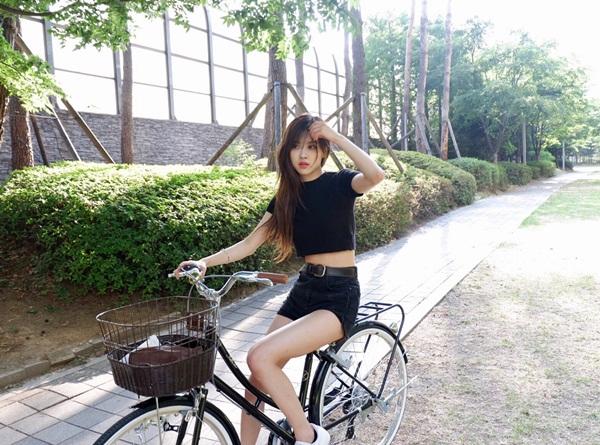 sao-han-13-7-suzy-de-mat-moc-van-xinh-rose-khoe-eo-nho-chan-thon-1