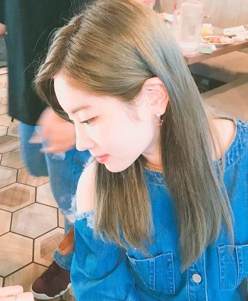 sao-han-16-7-kim-so-hyun-khoe-chan-dai-hut-mat-sunny-toc-hong-cute-6