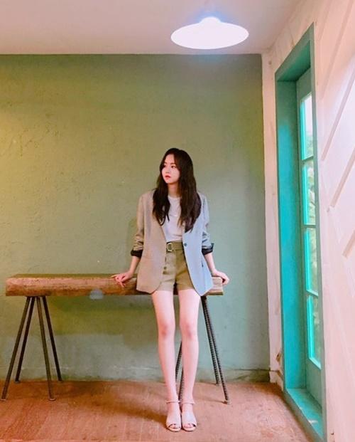 sao-han-16-7-kim-so-hyun-khoe-chan-dai-hut-mat-sunny-toc-hong-cute