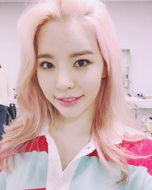 sao-han-16-7-kim-so-hyun-khoe-chan-dai-hut-mat-sunny-toc-hong-cute-1