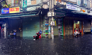 Mưa bão, phố cổ Hà Nội ngập 'mênh mông'