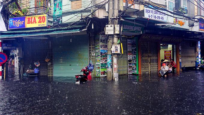 <p> Ngày 17/7, do ảnh hưởng của cơn bão số 2 đổ bộ vào miền Trung, trận mưa kéo dài từ sáng đã khiến nhiều tuyến đường ngập sâu.</p>