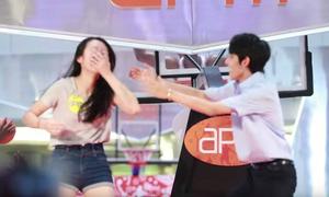 Lỡ tay đập trúng mặt fan, mỹ nam Kpop có hành động gây 'hú hét'