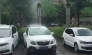 Mưa rơi thành cột thẳng đứng kỳ lạ ở Trung Quốc