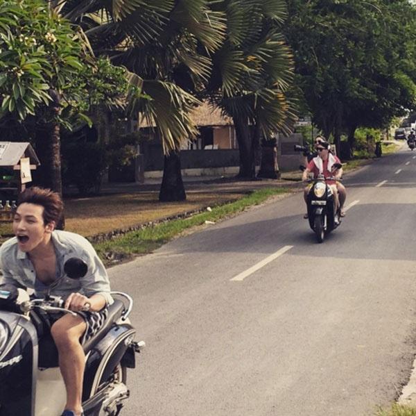 Anh vui vẻ rong chơi cùng xe máy với nhóm bạn có cùng đam mê.