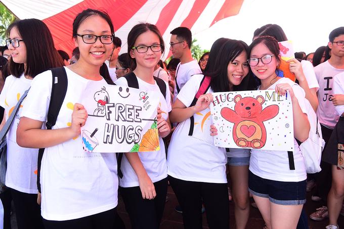 <p> Ngày hội Ôm Quốc tế - International Free Hugs Day là một ngày hội được lập bởi các tình nguyện viên tại hơn 80 quốc gia trên thế giới, diễn ra vào ngày Chủ nhật trong tuần thứ 3 của tháng 7.</p>