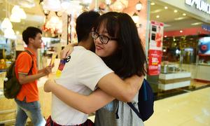 Teen Hà Nội chủ động ôm người lạ ngoài đường