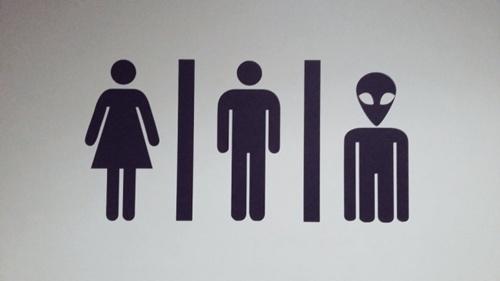 nhung-bien-bao-toilet-nhin-la-cuoi-vo-bung-5