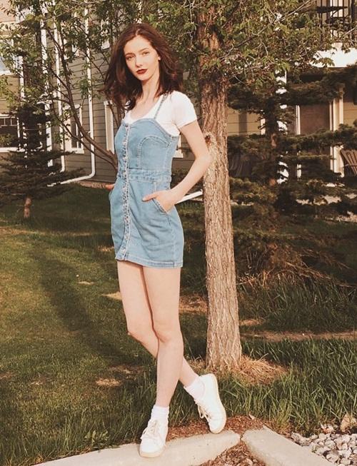 Đôi chân dài hút mắt của cô mẫu đến từ Canada.